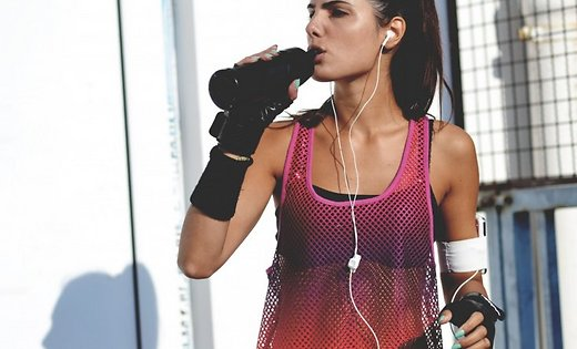 sieviete-trenins-fitness-muzika-sports-45993495